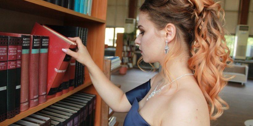 Библиотеката - предпочитано място за фотосесии на абитуриенти
