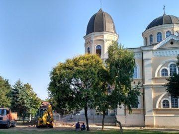 """В момента се извършват дейности по вертикалната планировка около храма """"Всех Святих"""""""