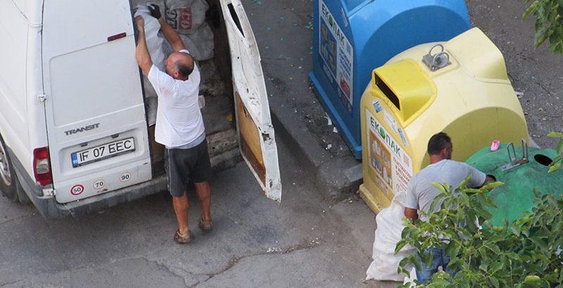 румънци събират стъклени отпадъци от контейнери в Русе