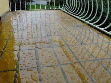 балкон с вода дъжд