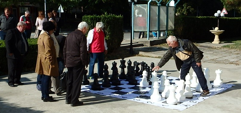 Партия шах на открито в центъра на Ценово