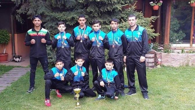 """Сребърна купа за състезателите на БК """"Русе"""" от отборното първенство по бокс втори кръг за момчета до 14 години"""