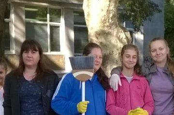 """В СУ """" Възраждане"""" се проведе акция по почистване и озеленяване на училищния двор"""