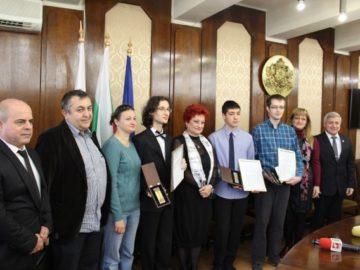 """Кметът Пламен Стоилов отличи трима млади русенци с награда """"Русе - 21.век"""""""