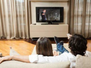 семейство гледа телевизия вкъщи дом