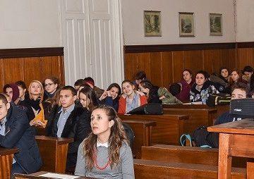 ученици в съда