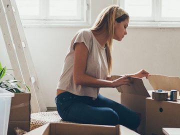 жена подрежда кутии в жилище