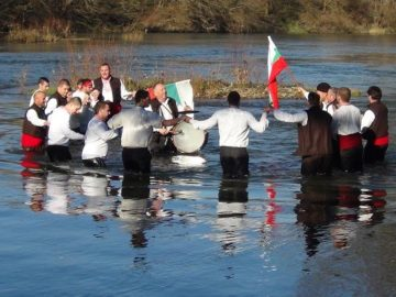 19 мъже се хвърлиха за кръста в Янтра край Ценово