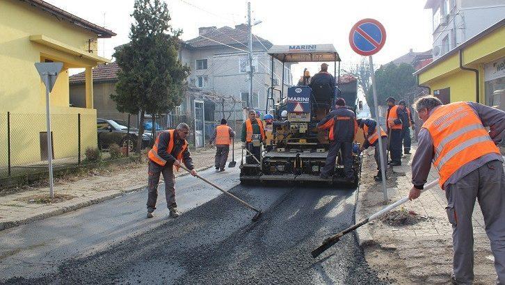 """ОП """"Комунални дейности"""" преасфалтира улица"""
