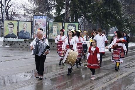 Шествие по улиците на Долна Студена за Бабинден