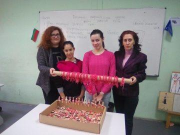 """Ученици от ПГО - Русе изработиха мартеници за сдружение """"Майки със смели сърца"""""""