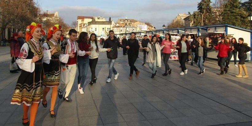 Младежки парламент бе отбелязан деня на народната носия с флашмоб
