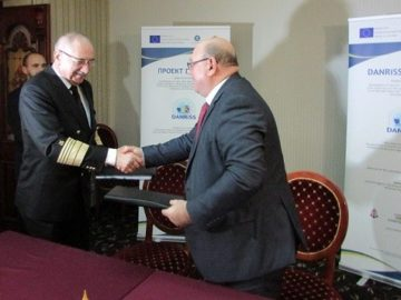 """Изпълнителният директор на ИА """"Морска администрация"""" кап. Живко Петров и генералният директор на Румънската морска администрация Михай Андрей"""