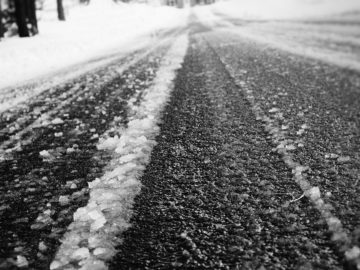 замръзнал път с поледица