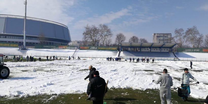 доброволци чистят Градския стадион от снега