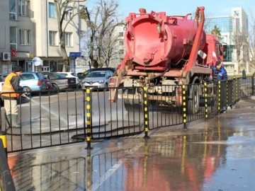 пролетното почистване миене на улици