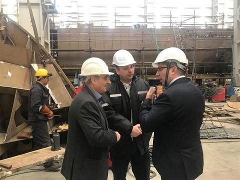 Министър Нанков проследи напредъка на строителството на кораб за маркиране на Дунав