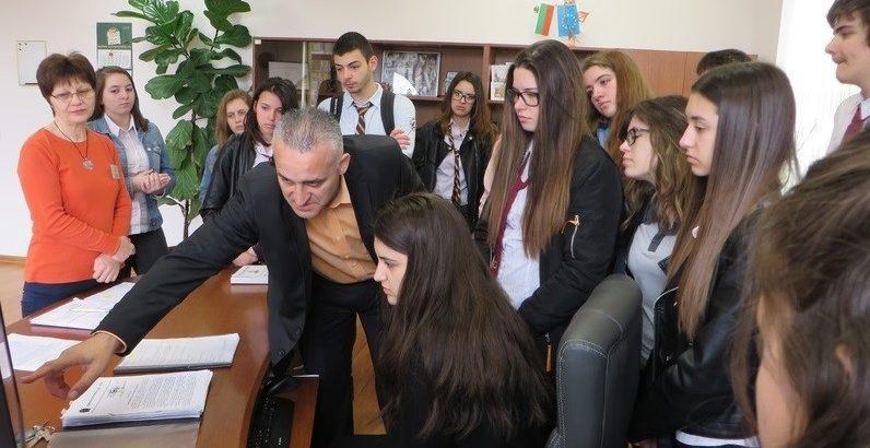 Студенти и ученици показаха добри познания в Деня на отворените врати на Административен съд - Русе