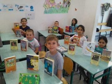 """Подаръци за първокласниците от Българско средно училище """" Д-р Петър Берон"""" в Прага"""