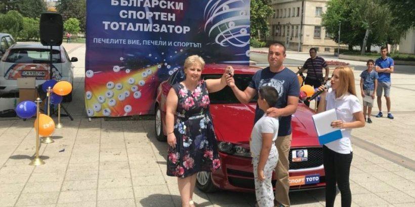 """Вася Ботева връчи чисто нова спортна кола от Втори тото шанс на играта """"Тото 2 – 6 от 49"""" в Брестовене"""