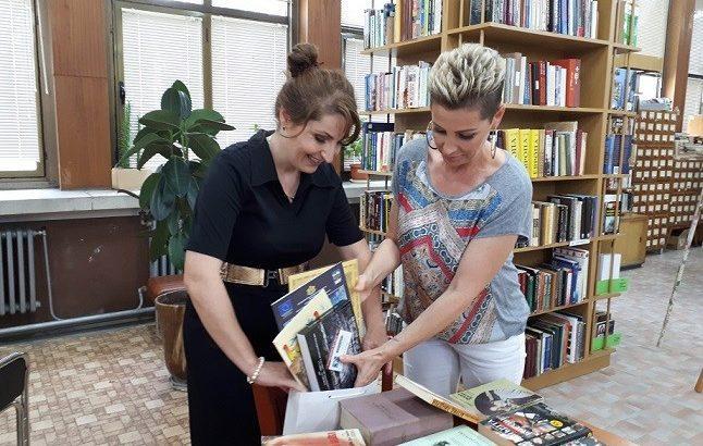 Джина Стоева дари книги на библиотеката