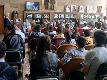 """Ученици от МГ """"Баба Тонка"""" - Русе преписаха дневника на Ане Франк по проект"""