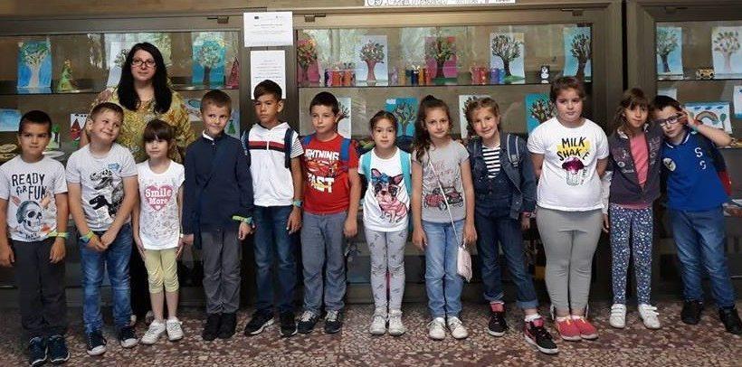 """В Регионална библиотека """"Любен Каравелов"""" е открита изложба на първокласници от ОУ """"Отец Паисий"""""""