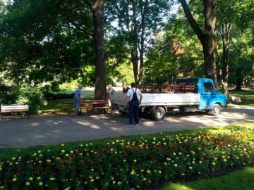 Монтират нови пейки в Парка на младежта
