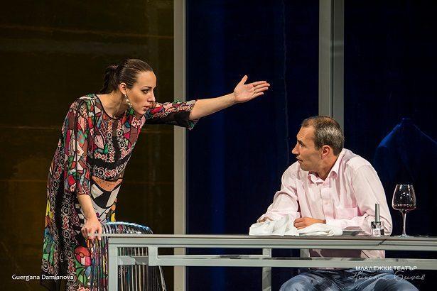 """Спектакълът на Младежки театър """"Разделям двойки по домовете"""" в Русе"""