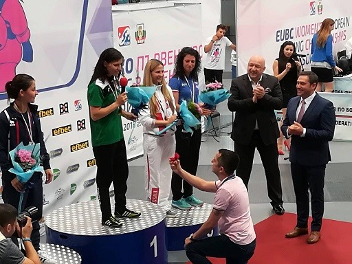 Русенската боксьорка Стойка Петрова получи предложение за брак на почетната стълбичка