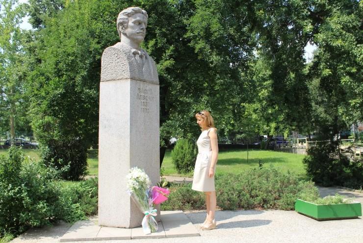 паметник васил левски цветя