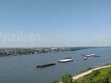 река дунав кораби баржи плаване вода румъния граница мост