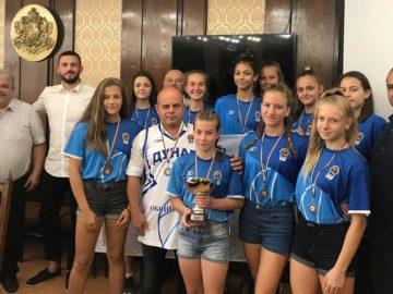 """Пламен Стоилов връчи знаме """"Русе"""" на момичетата от Спортен клуб по баскетбол """"Дунав Русе 2016"""""""