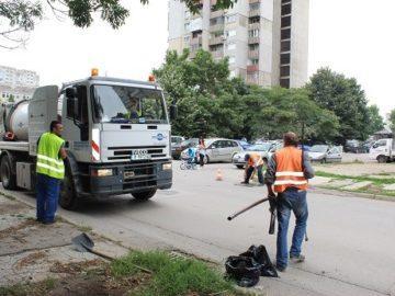 Ударно почистват шахти, улици и тротоари в Русе след поройния дъжд преди 2 дни
