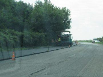 Затруднено е движението по пътя Русе - разклона за Иваново поради полагане на асфалт