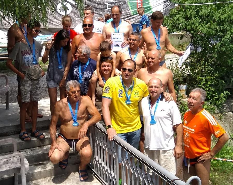 Млади плувци и ветерани от Русе участваха в плувен маратон в чест на Добри Динев