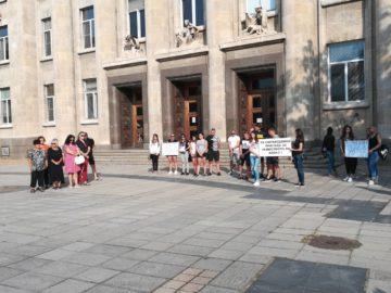 Мълчалив протест пред Русенския районен съд организираха рано тази сутрин близките и приятелите на убития Алекс от Бяла