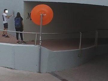 Младежи отново заснети да драскат в подлеза на кръговото в Русе