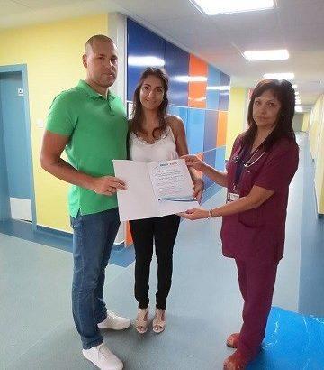 """Младо семейство дари пари от букети за сватбата си на отделение """"Педиатрия"""" на УМБАЛ """"Канев"""" АД"""