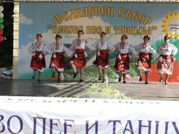 """Народният представител Пламен Нунев поздрави участниците във фолклорния събор """"Ценово пее и танцува"""""""