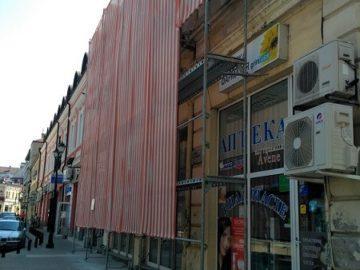 Пламен Великов възстановява фасадата на стара сграда в центъра на Русе