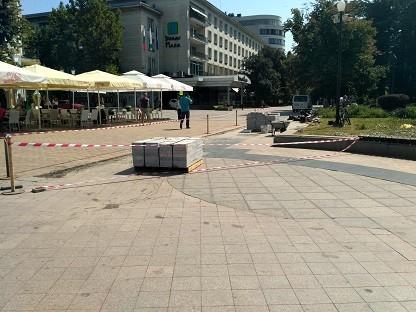Отново се извършва ремонт на площада, но в друга зона