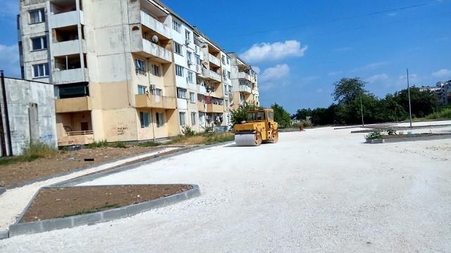 Предстои полагане на асфалт след благоустрояването между блоковете 304 и 307 в кв. Чародейка
