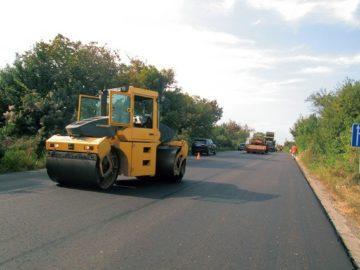 """Полагат последния пласт асфалт в участъка от 15 км. до """"Мидата"""""""