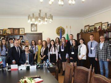 """Кметът Пламен Стоилов връчи сертификати на участниците в инициативата """"Мениджър за един ден"""""""