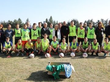 """Народните представители от ГЕРБ предоставиха топки и екипи на децата и младежите от футболния клуб """"Филип Тотю"""" в Две могили"""