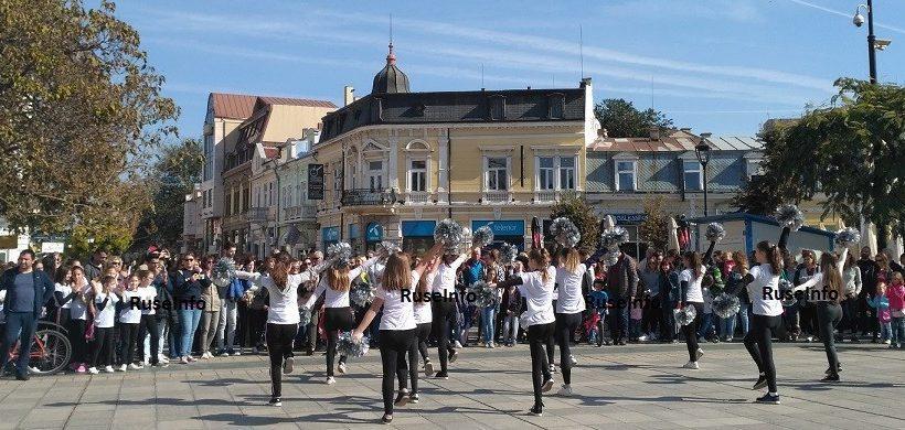 Талантите на Общински младежки дом се представиха пред стотици зрители в центъра на Русе