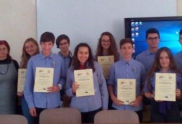 """Директорът на СУПНЕ награди 15 гимназисти за отлично представяне в ученическото проучване """"Град Русе и Германия"""""""