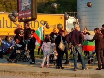 Протест на родители на деца с увреждания блокира за кратко района пред Дунав мост 1