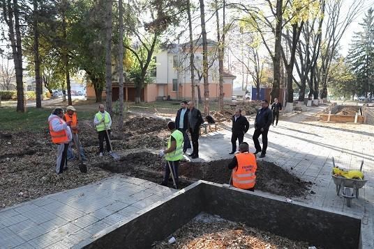 Напредва ремонтът на градския парк и изграждането на нов открит паркинг в Сливо поле